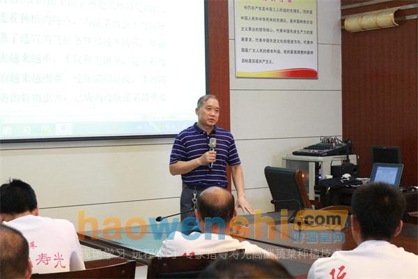 刘良琪老师在讲课中