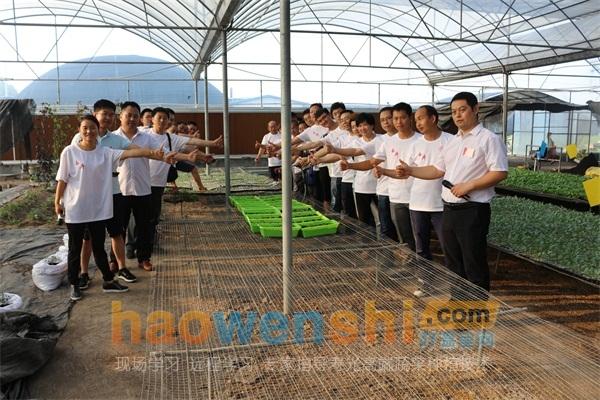 学员、老师和自己做的盆栽蔬菜一起合影